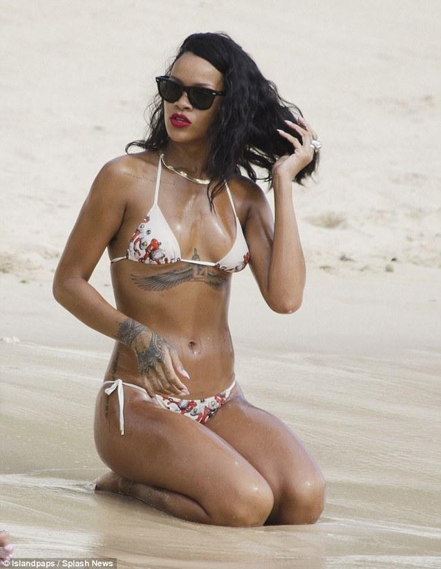 Риана със секси фотосесия на плажа