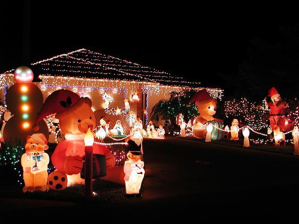 iStock-172280_inflatable-bears-manger-scene-christmas-lights_s4x3_lg