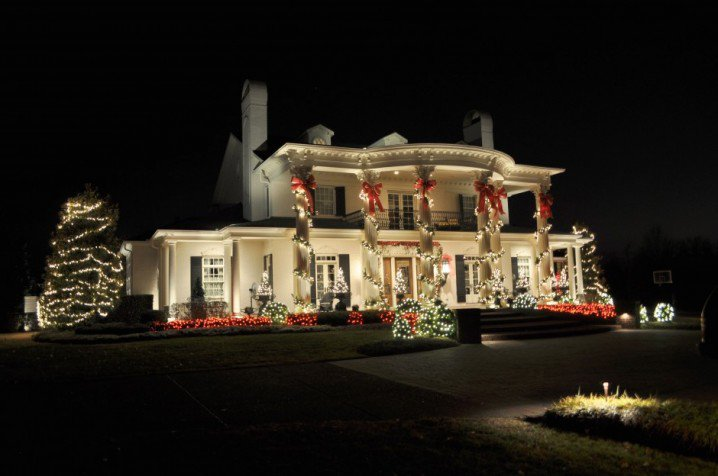 luxury-house-with-outdoor-christmas-lights-ideas-940x624-718x476