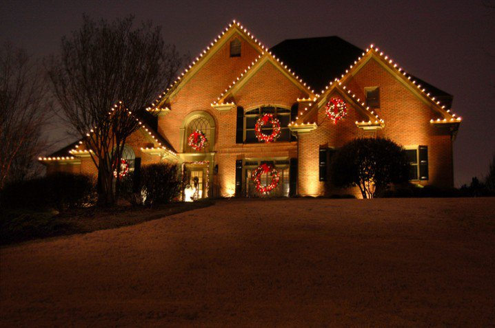 st-louis-c9-outdoor-christmas-lights-lighted-wreaths-718x477
