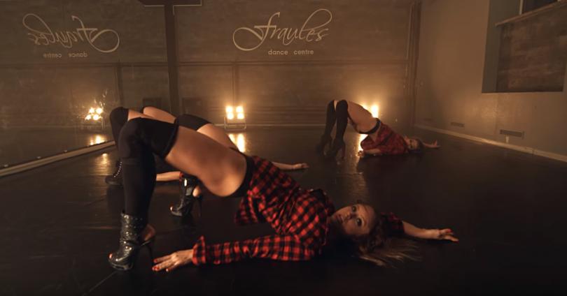 Секси рускини ще ви разкъртят с горещ танц (18+)